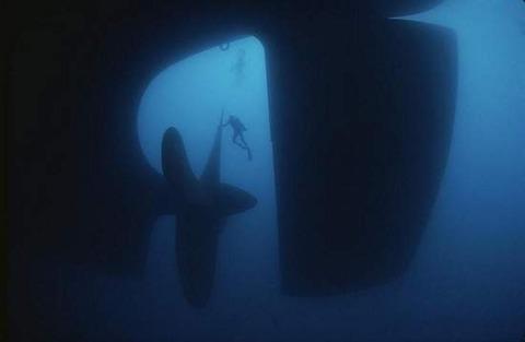 水中の巨大なスクリュー