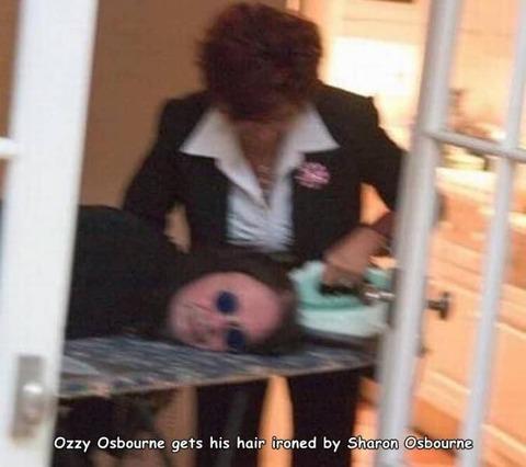 自分の髪にアイロンをかけてもらうオジー・オズボーン