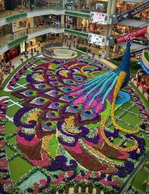 ショッピングモールの中抜きフロアの装飾が凄い!!