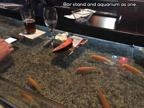 アクアリウムバーのテーブル