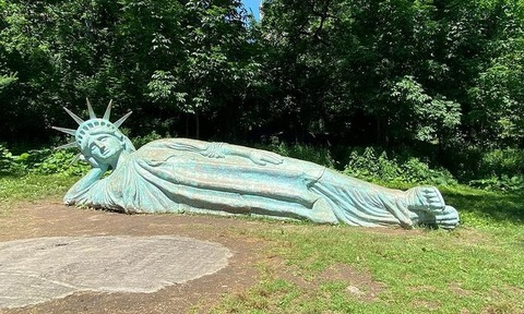 寝釈迦ならぬ寝自由の女神 (1)