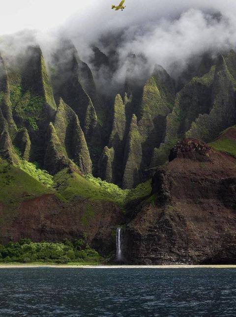 たぶんハワイの山と海と滝の凄い景色