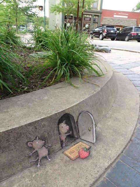 路上に書かれたネズミの絵