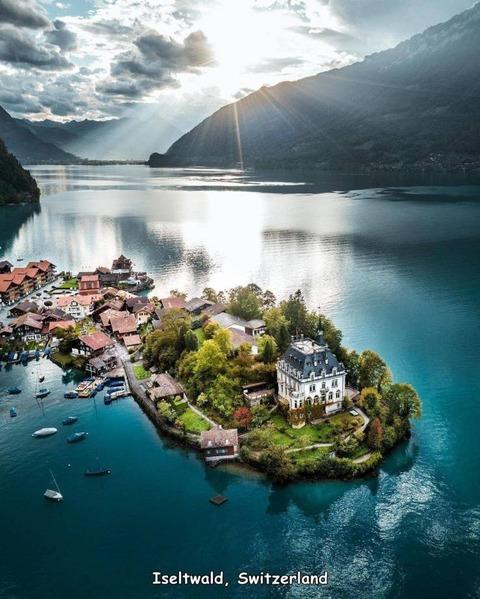 スイスの湖上の古城