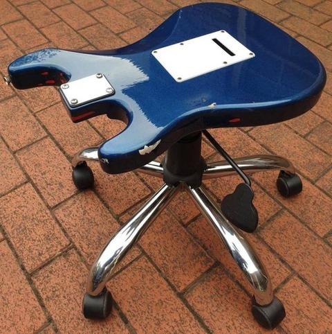 ギターのボディの椅子