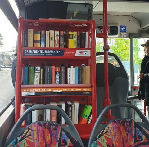 長距離バスに本棚