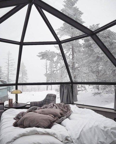 ガラス張りの家からみる雪景色