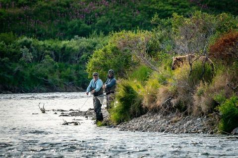 クマに睨まれる釣り人