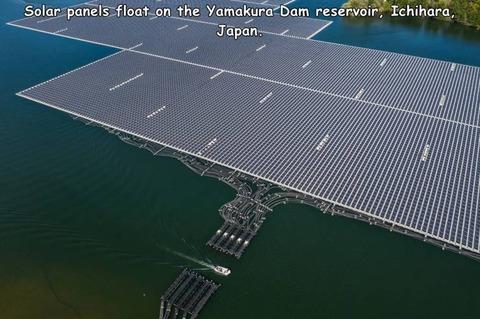 湖にソーラーパネルを浮かべた光景