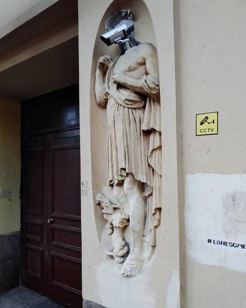 監視の神の石像