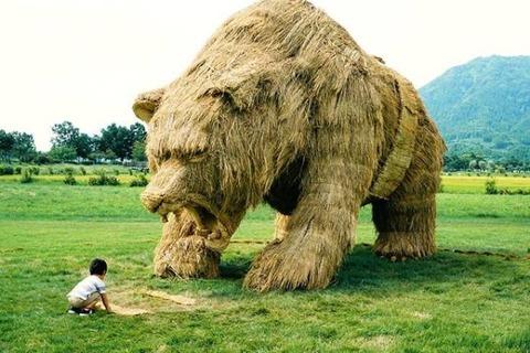 ワラで出来た巨大なクマ!