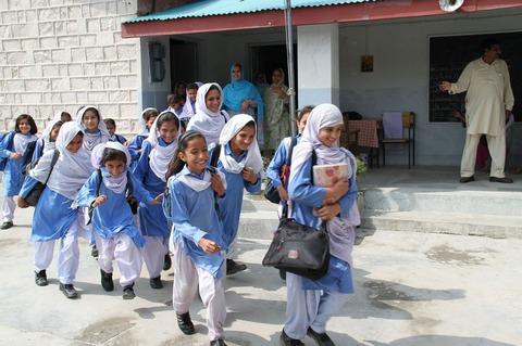 サルワール・カミーズを着用した女生徒達。(パキスタン)