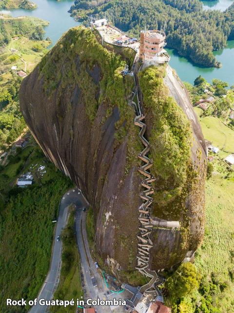 コロンビアの一枚岩の上の建物