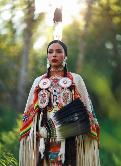 アジアっぽいインディアンの女王みたいな衣装を身にまとう美女