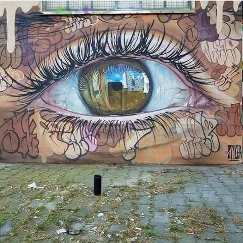 街を見つめるリアルな壁画