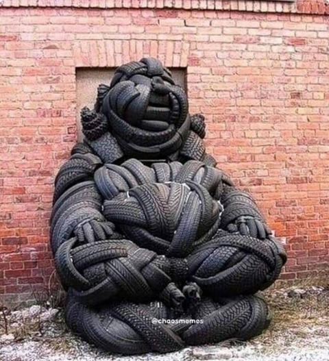 古タイヤで作った彫像が凄い…w!!
