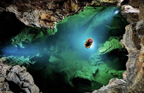 洞窟探検を上から撮影