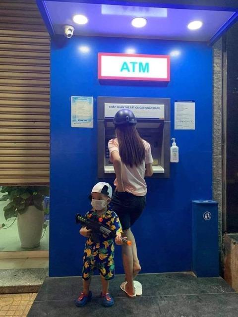 ATM前の警備兵