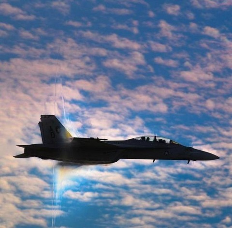 戦闘機が音速の壁を越えてソニックブームが出た瞬間の写真