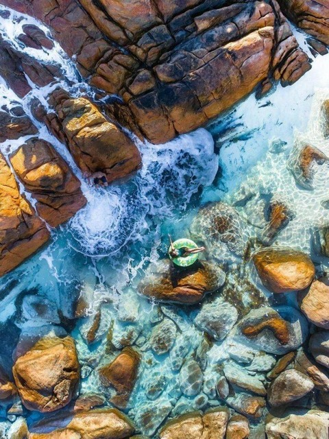 岩場で浮き輪遊び