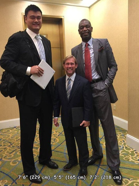 バスケットボール選手と写真を撮るとこうなっちゃうw