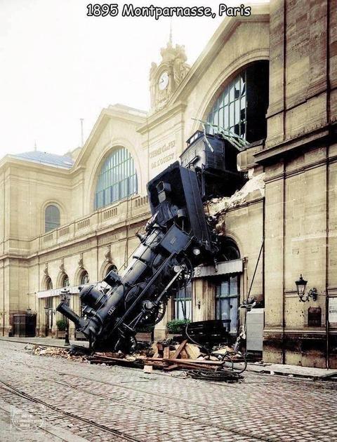パリで起きた蒸気機関車の事故がスゴ過ぎ