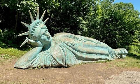 寝釈迦ならぬ寝自由の女神 (2)