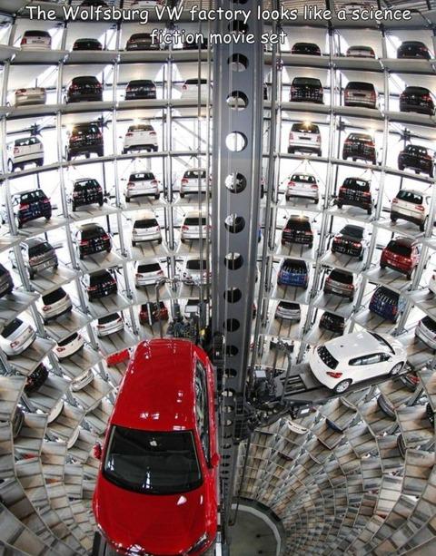 フォルクスワーゲンの工場の駐車スペースがSF映画のセットの様。