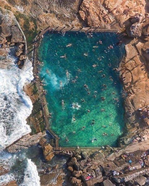 天然のプールを上空から撮影