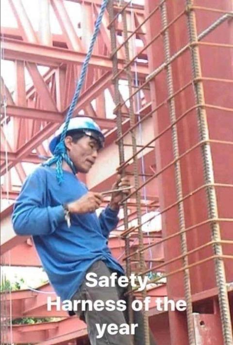 命綱の位置を間違えている中国の作業員