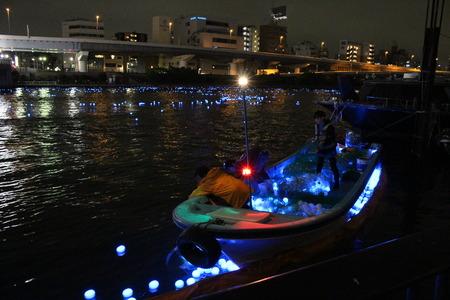 東京ホタル LEDホタルを漁船で回収