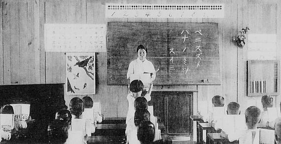 Natsushima_Kogakko_classroom