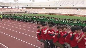 ひざの上に何人連なって座れるか 2387人でギネス世界記録 新潟市