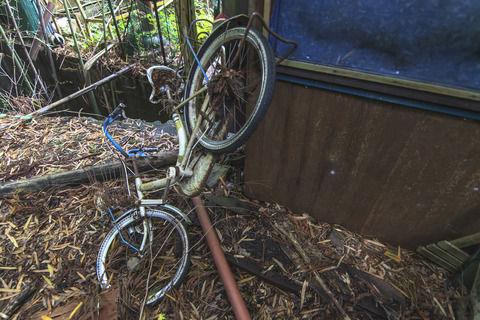 【事故寸前】お迎え時に他害児がいつも絡んでくるが親はスルー。自転車に下の子を乗せようとしたら自転車にキック!転倒!ママ「ほら、急いで遅刻ー!」びっくりした私は…