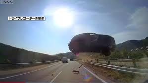 またも新東名高速で車が大ジャンプ。車は大破。あわや一般車が巻き添えに