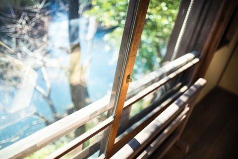 【衝撃的】夜中に突然「ハッ!!」目が覚めた私→窓を見た瞬間!男が窓から侵入しそう→『バシーン!!!』と窓閉め&Kに通報→結果