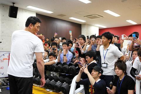新聞社「自慢の筋肉は?」阪神・金本監督「ケツか、いや、三角筋かな…。一番発達しとった。いや、ケツかなあ」