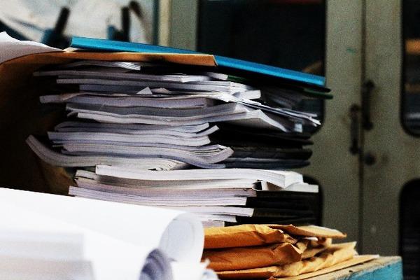 積み上げられた書類