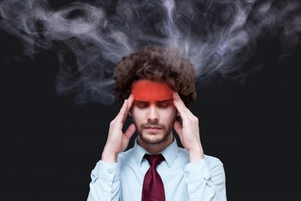 頭から煙を出す男性