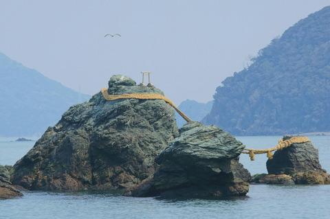 二見興玉神社 夫婦岩 鳥居とカモメ