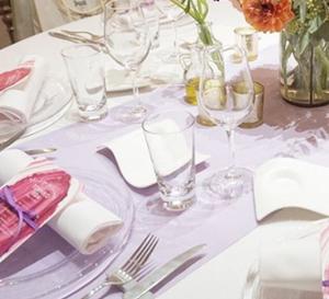 白いテーブルクロスに合うテーブルランナーの色
