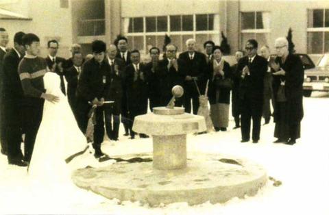 初代日時計歌碑の除幕式