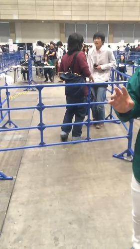 【衝撃】AKB握手会でキチガイが大暴れする様子がガチでヤバすぎると話題に…(動画あり)のサムネイル画像