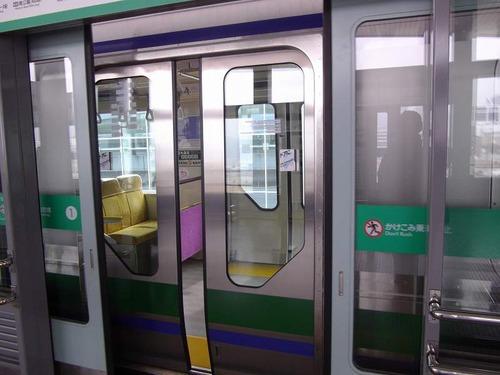【画像】デカ乳が電車の扉に挟まった結果wwwwwのサムネイル画像