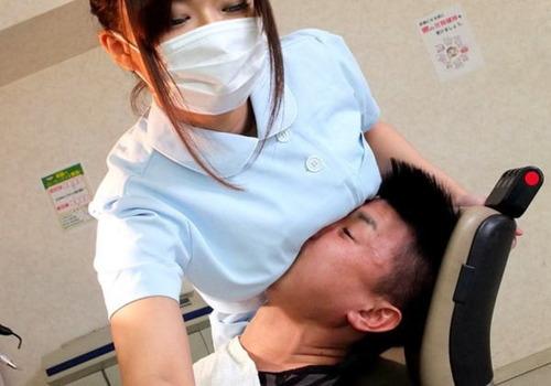 ワイ「痛い痛い」歯科衛生士「オッパイ麻酔」→→→ 結果wwwwのサムネイル画像