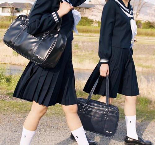 【画像】冬のJCのスカートの中wwwww興奮させるwwwwwのサムネイル画像