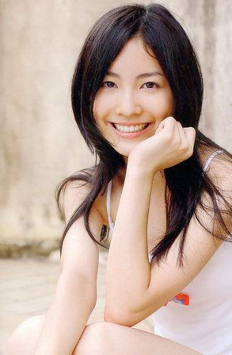 松井珠理奈(18)、パoツ一枚で過激な手ブラショットwwwww(画像)のサムネイル画像