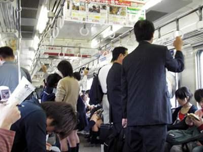 【画像】電車内で襟元からチクビまで見えてる女子がいた!パシャ →→→のサムネイル画像