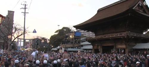 【画像】「はだか祭」の上空でドローン飛ばしたらwwwwwwのサムネイル画像