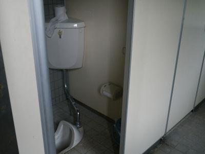 【超驚愕】海水浴場の女子トイレ覗いたら女と目が合った結果wwwwwのサムネイル画像